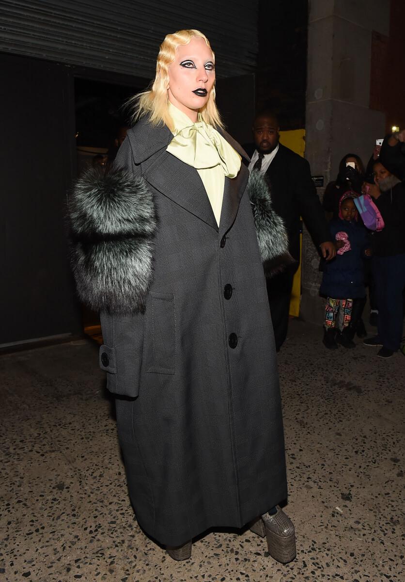 2016年秋冬NYコレクションのマーク ジェイコブスのランウェイに登場したレディー・ガガ。