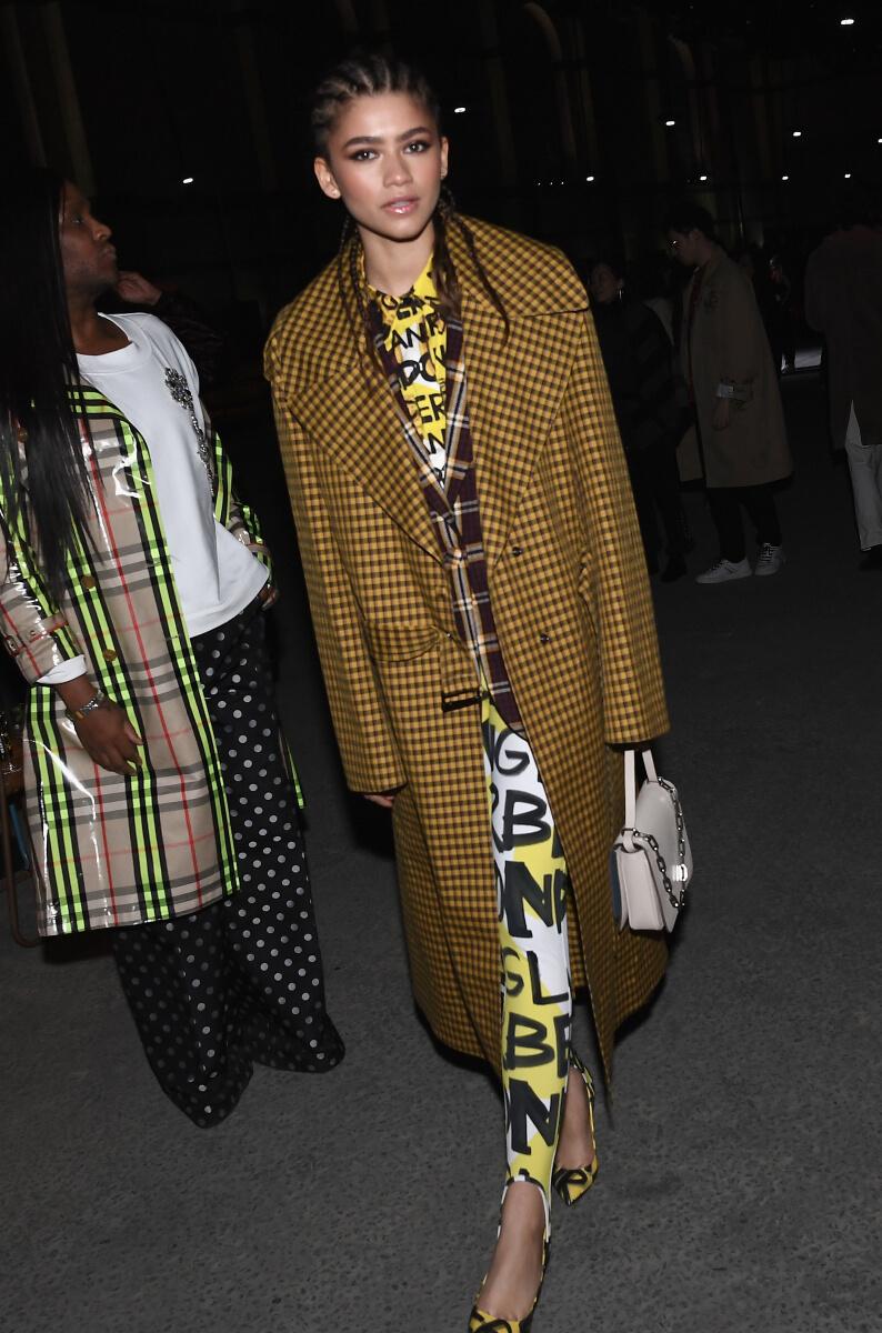 2018-19秋冬のバーバリーのコレクションでは、色や柄を自由に重ねたスタイリングを披露したゼンデイヤ。