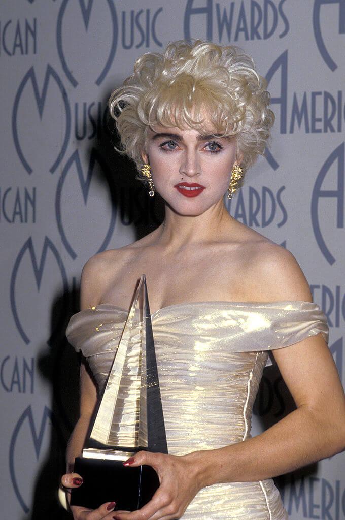 第14回「アメリカン・ミュージック・アワード」で「Favorite Pop/Rock Female Video Artist」を受賞したときのマドンナ。