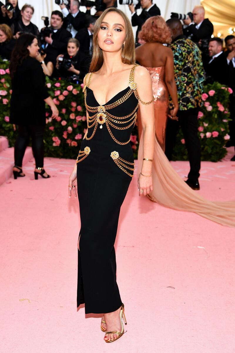 メットガラ2019では、シャネルのロングドレスで登場したリリー=・ローズ・デップ。