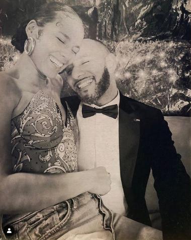 【仲直りテクニック】婚約当時は「略奪愛は長続きしない」と批判されたアリシア・キーズ(39)だったが、スウィズ・ビーツ(41)とは今もラブラブ。そんなふたりの仲直り方法は、どちらかがミステリー旅行を計画すること! ドキドキ感が、マイナスな気持ちを払拭してくれるのだとか。