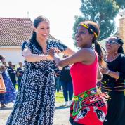 メーガン妃が笑顔でダンスを披露! サセックス公爵夫妻、愛息アーチーを連れてロイヤルツアーをスタート