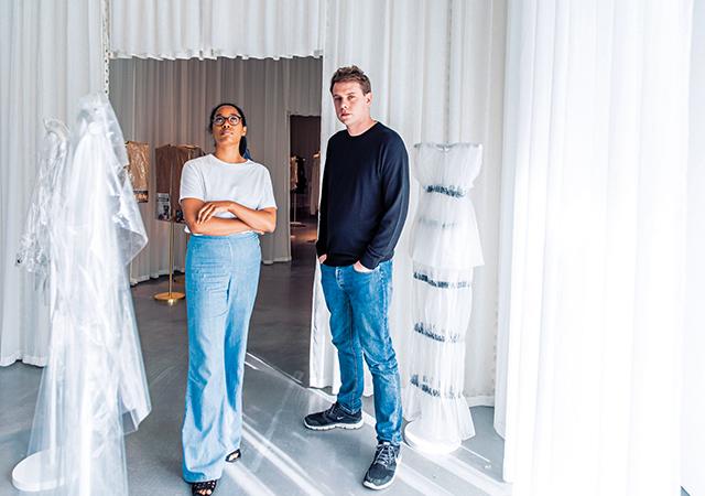 『反抗する身体』展覧会場にいるイギリス人アーティスト、 アンセア・ハミルトンとデザイナーのジョナサン・アンダーソン。 アンダーソンがキュレーターを務めたこの展覧会は、 ウエストヨークシャーのヘップワース・ウェイクフィールド・ギャラリーで6月18日(日)まで開催中。 シアー素材のウェアは、ロエベとJ.W.アンダーソンのアーカイブ。 この展示室のテーマは 「RevealingandProtecting.WipeClean(露出と保護。ワイプクリーン)」