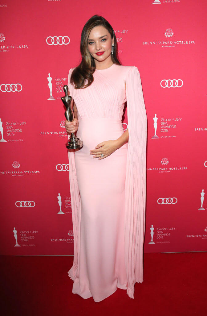 第3子を妊娠当時のミランダ・カー。美しい女神のようなピンクドレスを着用。(2019年)