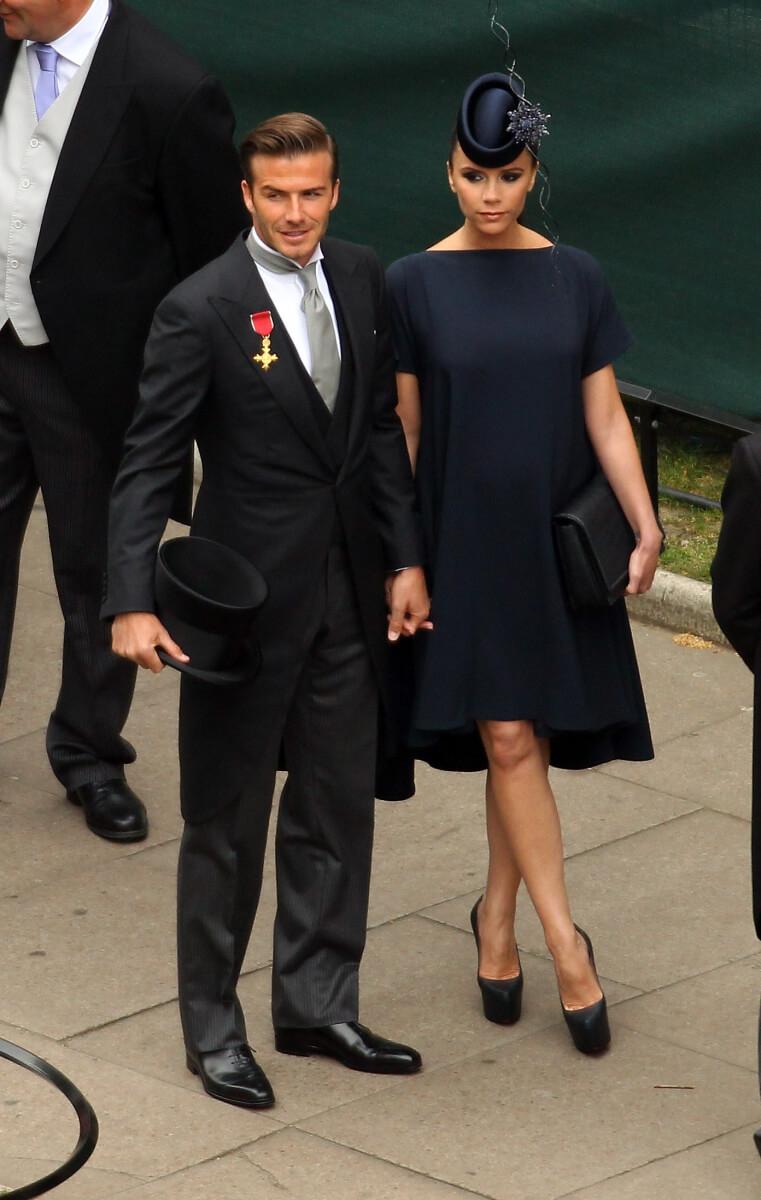 英王室のウェディングでは、タイトな英国スーツやシルクハットを手に持ったデヴィッド・ベッカム。
