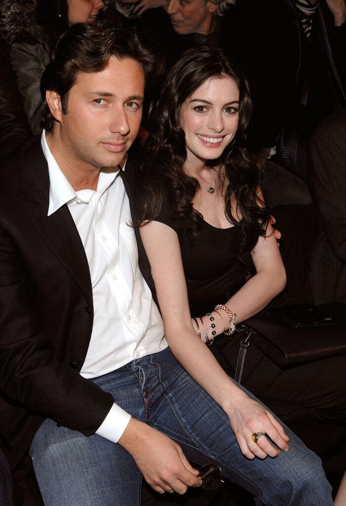 2004年にラファエロ・フォリエリと交際していたアン・ハサウェイだが、後にラファエロは詐欺容疑で逮捕された。