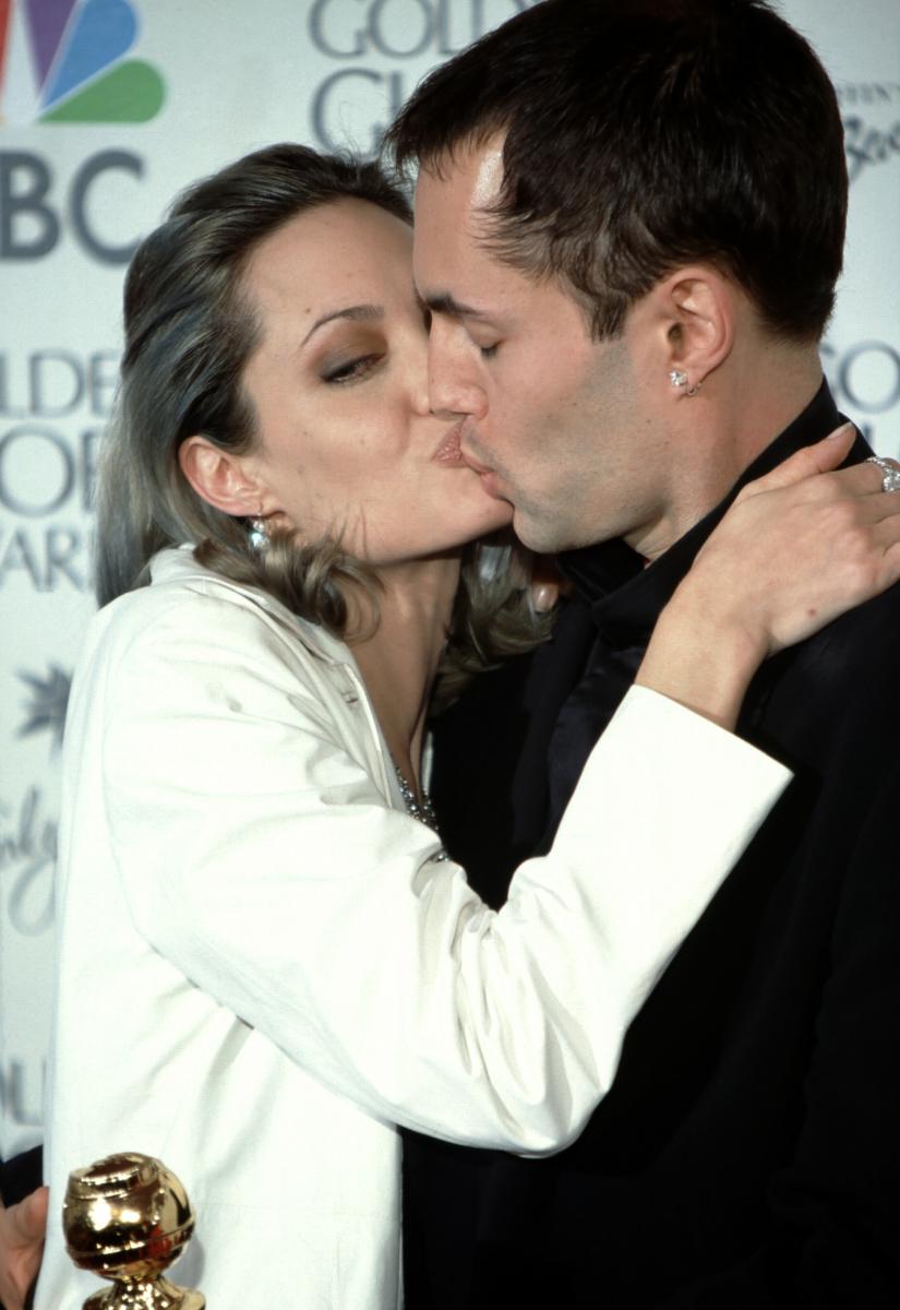 映画『17歳のカルテ』で、2000年のゴールデングローブ賞助演女優賞に再び輝いたアンジー。感極まってか、同行していた兄ジェームズとの濃厚キスを披露! これにはさすがのファンたちからも、ネガティブなコメントが続出。