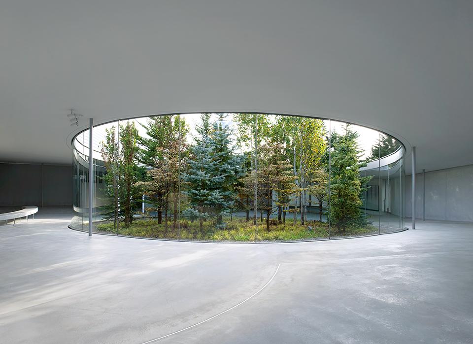 ランドアート 日本画家の千住博の依頼を受けて、建築家の西沢立衛が設計した「軽井沢千住博美術館」。 千住の代表作「ウォーターフォール」は、日本の多くの公共施設に展示されている