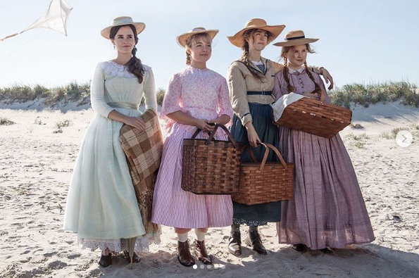 マーチ家の四姉妹がどこかを見ている写真は「絵画のようだ」と絶賛された。