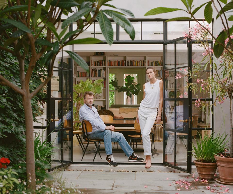静物フォトグラファーのマシュー・ドナルドソンと  新聞や雑誌の編集者であるクラウディア・ドナルドソンは  ロンドンの自宅でわれわれを暖かく迎えてくれた