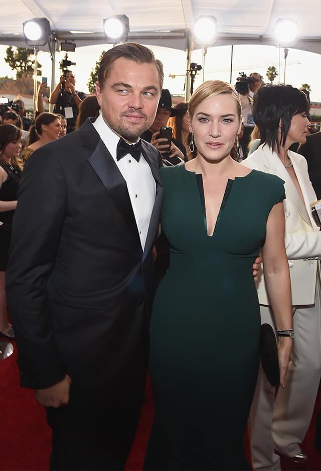 2016年、全米映画俳優組合賞主演男優賞を受賞したレオナルド・ディカプリオと、親友のケイト・ウィンスレット。