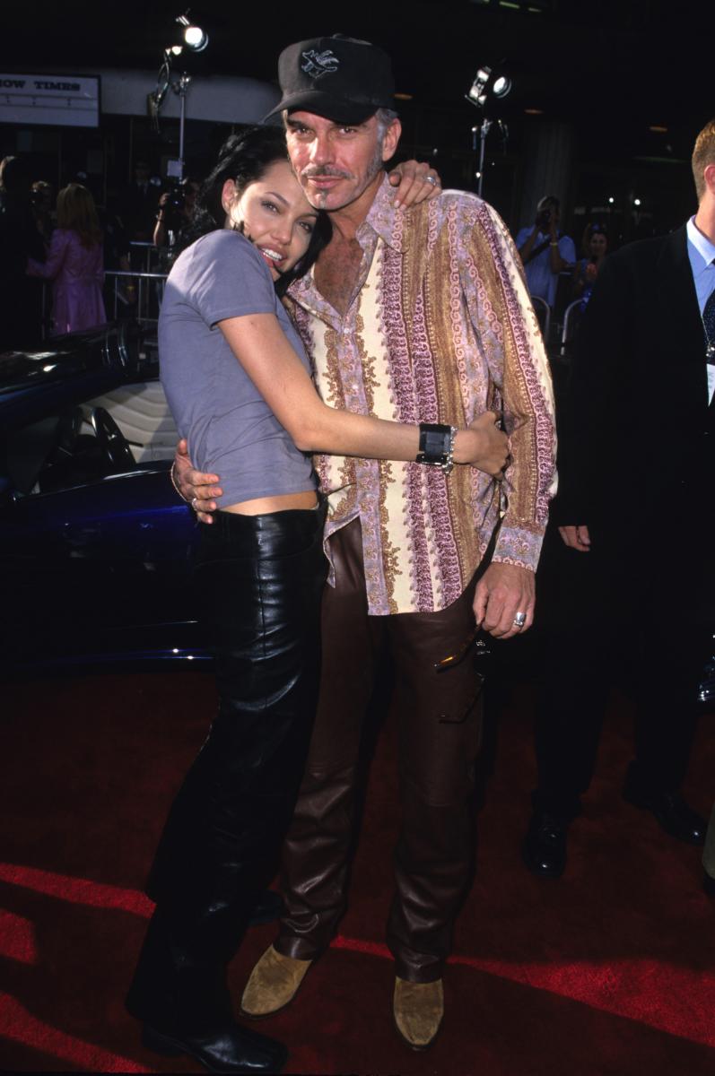 映画『狂っちゃいないぜ』で共演したビリー・ボブ・ソーントン(63)と、恋に落ちたアンジー。彼が女優のローラ・ダーン(51)と婚約中だったにもかかわらず、2000年にラスベガスで駆け落ち婚。略奪愛は大スキャンダルとなり、お騒がせ女優のイメージが定着。