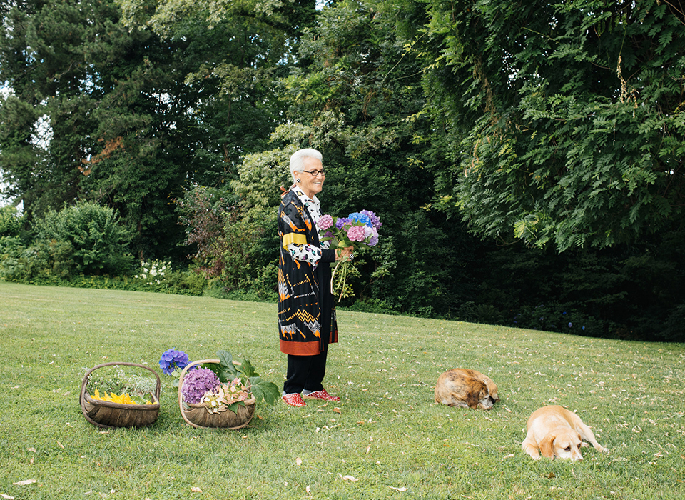 つい先ごろのある朝、85歳にして働き者の女家長、 ミッソーニの共同創設者であるロジータ・ミッソーニは、 ミラノの北に位置するスミラーゴの自宅の庭園に Tの取材チームを迎え入れてくれた。 彼女の家は、ミッソーニのファクトリーの目と鼻の先にある