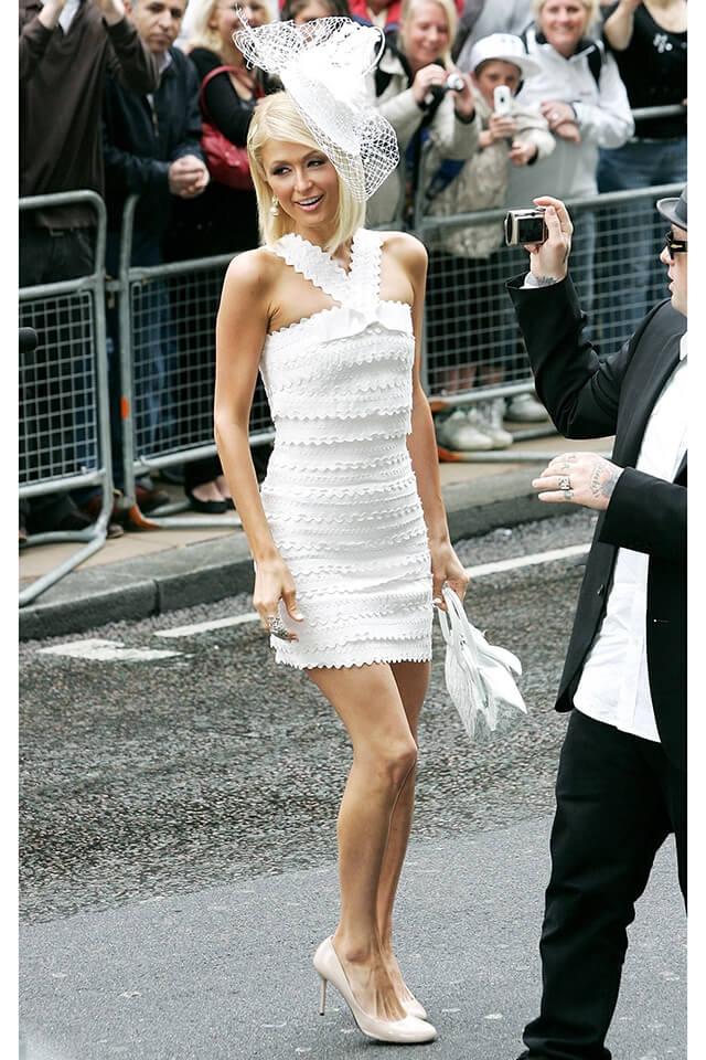 香水のローンチパーティでは、マーク・ジェイコブスのドレスを着用したパリス・ヒルトン。