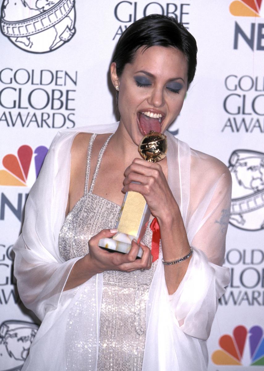 主人公の2番目の妻を演じたテレビ映画『ジョージ・ウォレス アラバマの反逆者』では、1998年のゴールデングローブ賞にて助演女優賞を受賞。作品自体も作品賞に輝き、ダブル受賞の喜びからか、トロフィーをペロリとする仕草がセクシー。