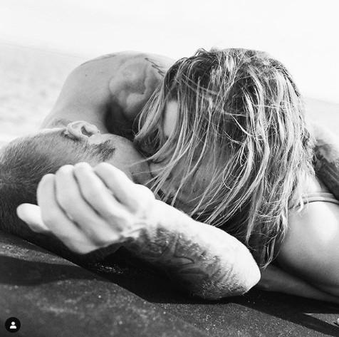 バレンタインにはジャスティンとビーチで横たわり、キスをしている写真を投稿したヘイリーの心境が気になるところ。