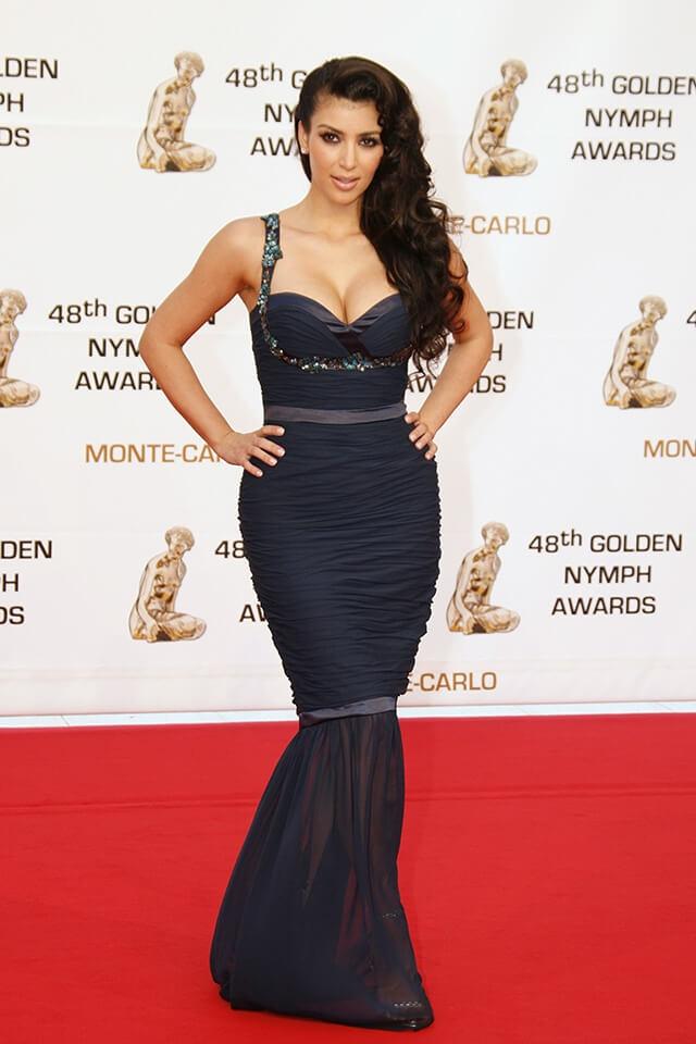 モナコで行われたイベントには、ウンガロのシックなマーメイドドレスで登場したキム・カーダシアン。