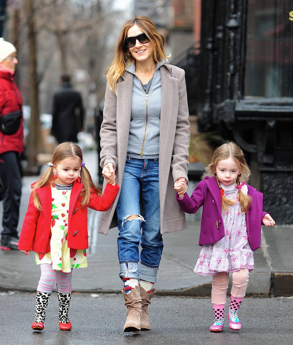 双子の娘、タビサ&マリオンのお迎えをするサラ・ジェシカ・パーカー。