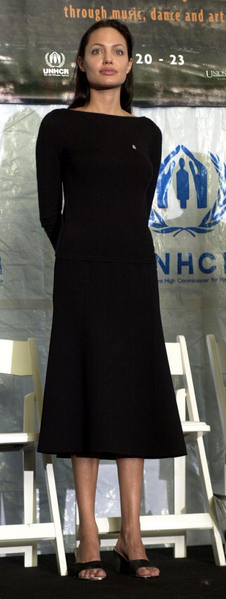 カンボジアから帰国したアンジーは自らUNHCR(国連難民高等弁務官事務所)に連絡し、撮影の合間を縫って難民キャンプを訪問。2001年にはUNHCR親善大使に任命され、現在に至るまで、難民となった人々の苦しみを伝え、支援を訴える活動を続けている。