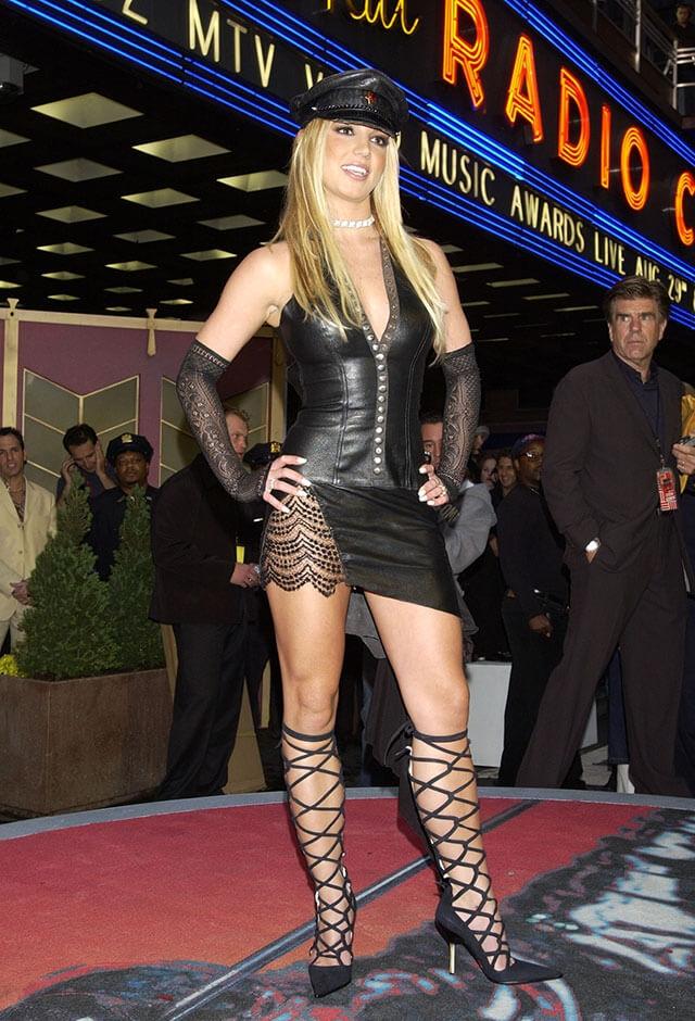 2003年、MTVビデオ・ミュージック・アワードで、SM風スタイルの衣装に身を包んだブリトニー・スピアーズ。