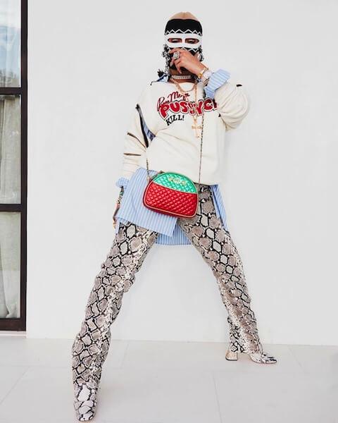 2018年のコーチェラ・フェスティバルで、グッチの2018年秋冬コレクションに身を包んだ覆面スタイルを再び披露したリアーナ。