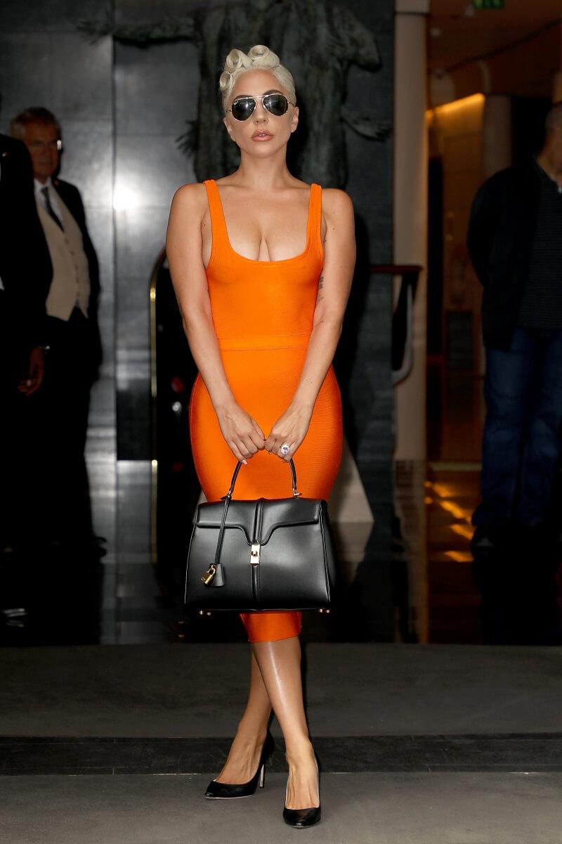 エディ・スリマンが手掛けるセリーヌのファーストコレクションのバッグを手に持ったレディー・ガガ。