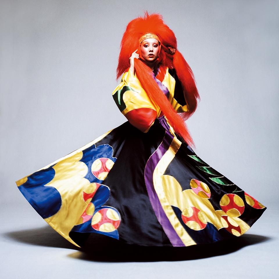 1971年のルック。 マリーのつけた赤いヘアピースは、 日本の歌舞伎や、連獅子の舞で獅子に扮する 役者の衣装を参考にしている。 獅子は、ライオンに似た架空の生き物だ