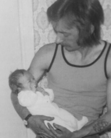 父デイヴィッド・エドワード・ベッカムに抱かれるデヴィッド・ベッカム。
