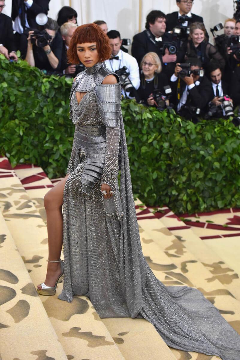 2018年の「メット・ガラ」では、ヴェルサーチェのメタリック素材のドレスをチョイスしたゼンデイヤ。