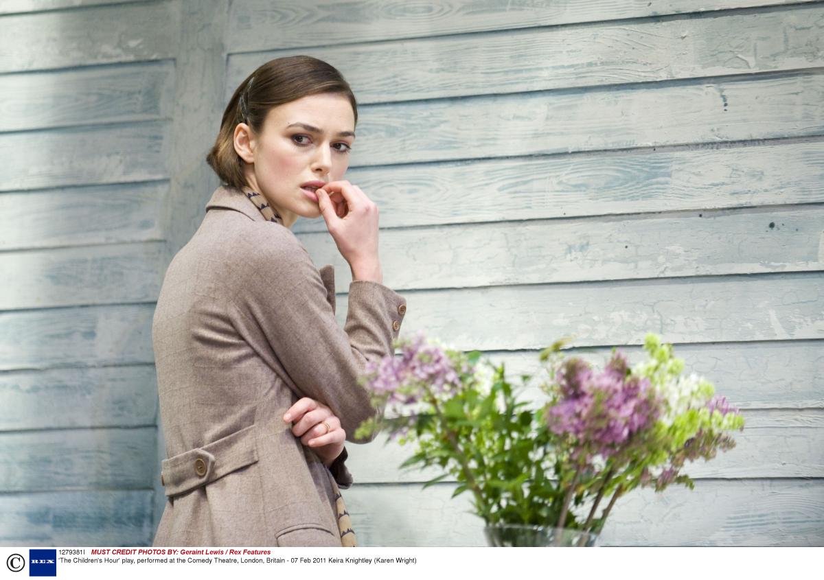 2011年に公演された舞台『噂の二人』でカレン・ライトを演じたキーラ・ナイトレイ。