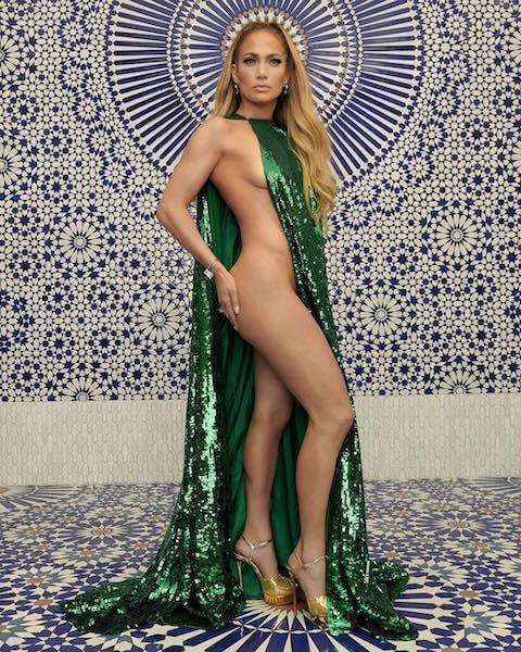 米ファッション誌のカバーで、ヴァレンティノの大胆な半裸ドレスを着こなしたジェニファー・ロペス。