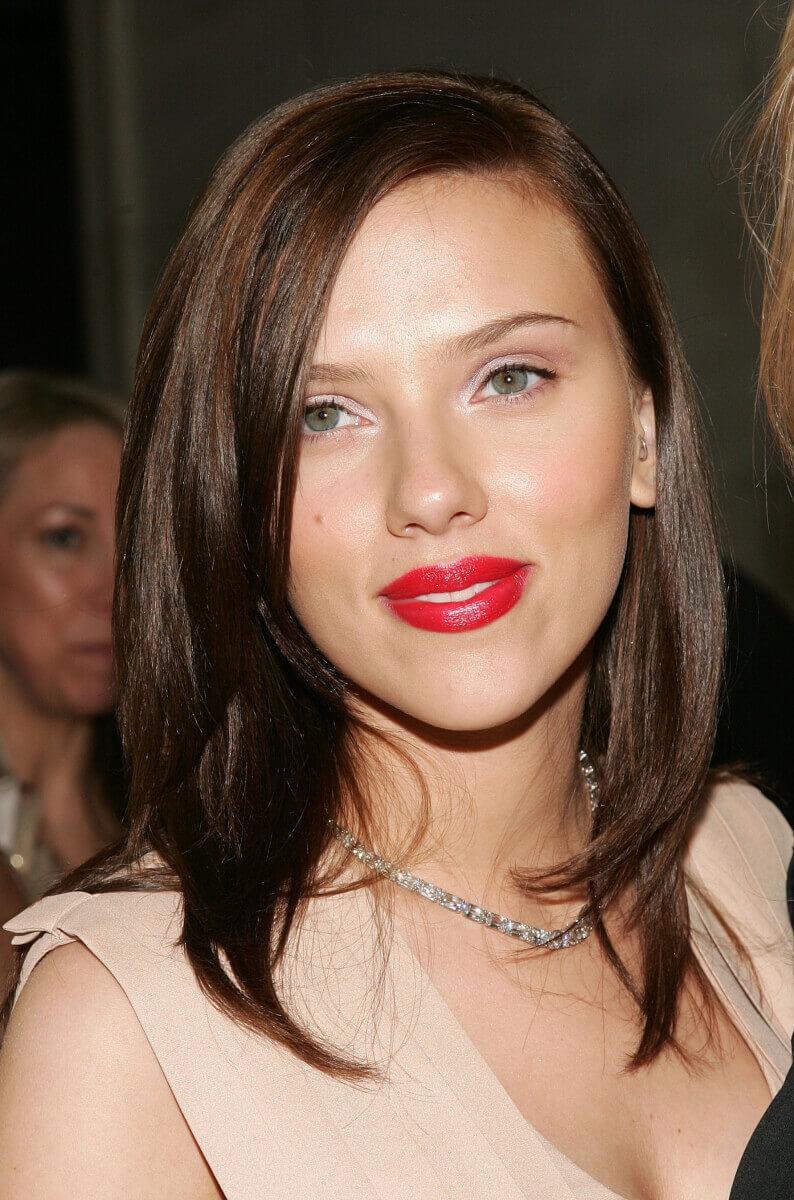 2006年のCFDAファッションアワードでは、地毛に近いブルネットヘアを披露したスカーレット・ヨハンソン。