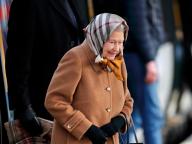 エリザベス女王、電車に乗ってサンドリンガム・ハウスへ。ファッショナブルなスカーフ使いが注目される