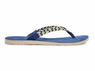 夏の足もとを彩る深みのあるブルー【UGG】
