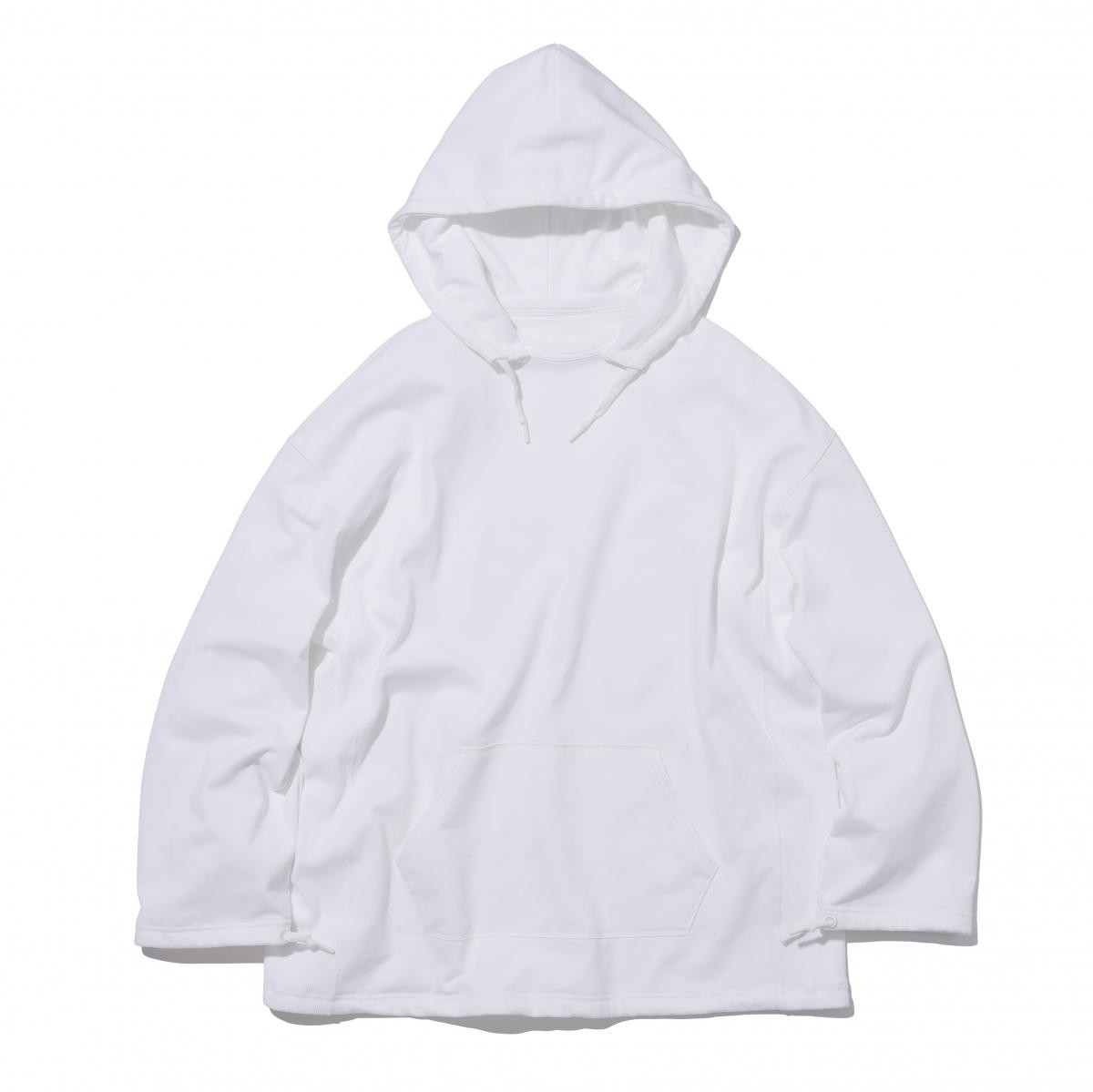 ベーシックなカラー展開がどんなシーンにも使いやすい。裾や袖口を絞ってシルエットを変えられる。 スウェットポンチョ¥19,800