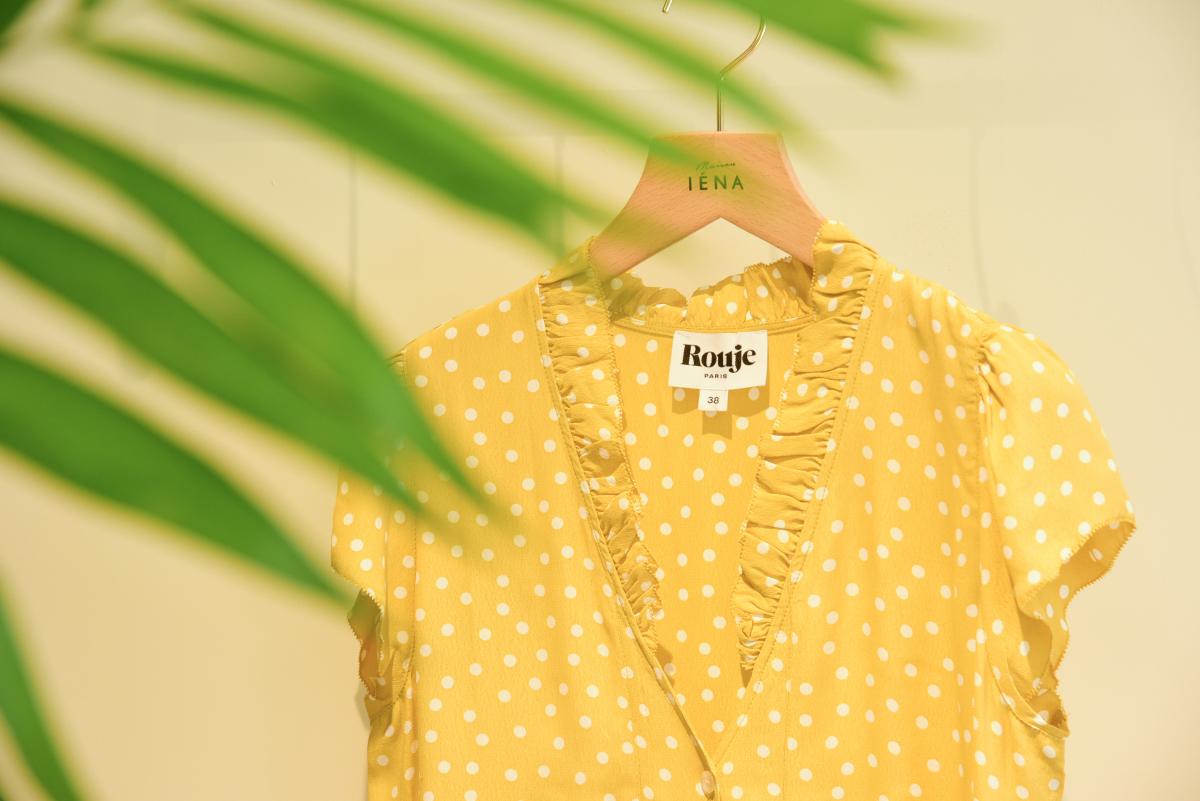 黄色いフロントボタンのドレスは、ジャンヌが日本の女性に特にオススメのアイテム。「この下にデニムパンツを履くようなレイヤードスタイルが、日本の子は得意だと思うの!」