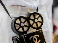 コレクションを象徴するアイキャッチなイヴニングバッグ