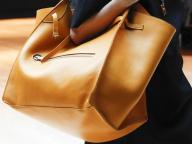 1枚革で仕立てた、セリーヌの贅沢なトートバッグは驚きのサイズ感!