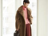 「オーバーサイズのエコシアリングコートがピンクとの距離感を縮めてくれる」