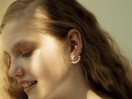 小粒のパールの耳飾りをぴりりときかせて