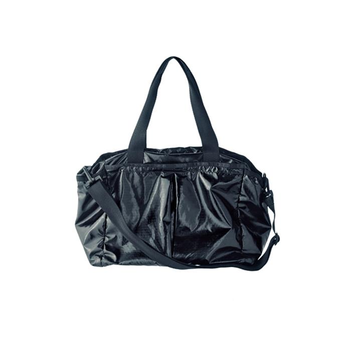 「機内バッグはレスポートサックのライアンベビーバッグ。ママ用バッグなんですが、使える!」(P)