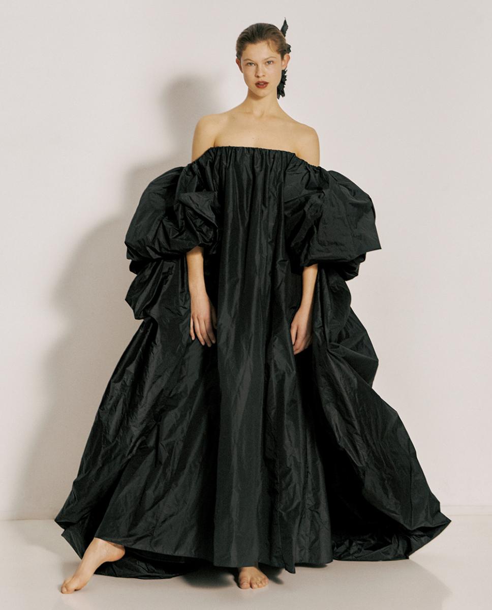 5cf5ccc2681dc 上質なシルクタフタ素材を、たっぷりとしたボリュームで贅沢に仕立てたドレスは、やさしく体を包み込む。足もとはヒールではなくあえて素足で。