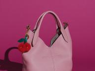 【アニヤ・ハインドマーチ】プレイフルなバッグはカスタマイズでさらに魅力的に