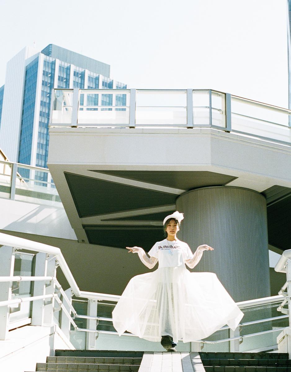 真新しい歩道橋から望む抜ける空と街の鼓動