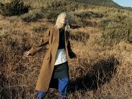 黄み寄りのカーキが新鮮なセリーヌのコート