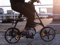 スケボー、自転車も! エンポリオ アルマーニが「スポーツ/ライフスタイルイノベーション」コレクション発売