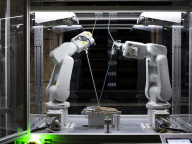 最新ロボットによるキーンの「世界最小級のシューズ工場」が一般公開!