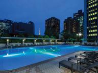 ホテルの夜プールでまったり過ごす