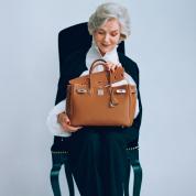名品は時を経ることでより美しくなる。育てるようにバッグを持つ