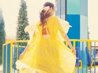 ロシャスのチュールドレスで作る、黄×青のレイヤリング